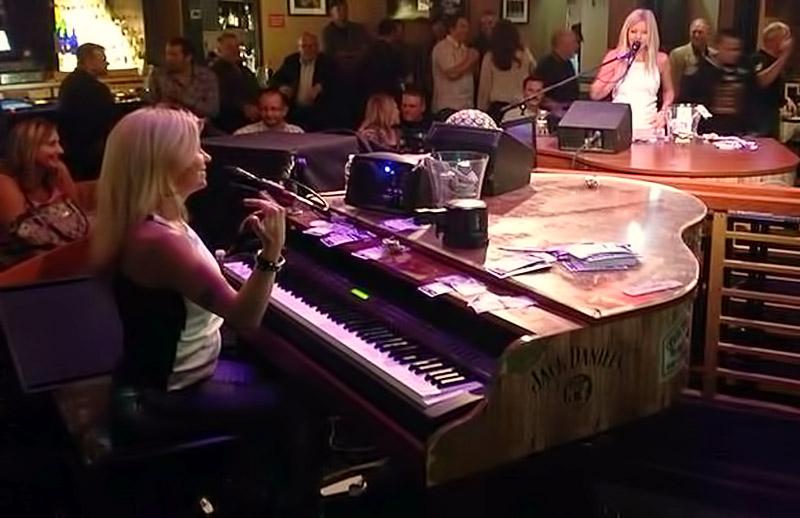 piano-bar-harrahs-twins